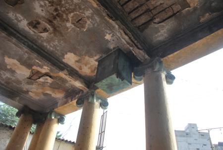 Familiar pillars of Hoti Market
