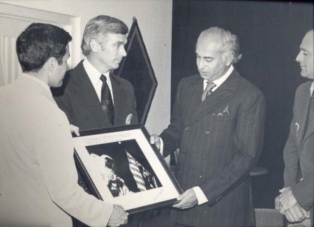 Pakistan's President Zulfikar Ali Bhutto admires on an autographed, inscribed photo of the Apollo 17 mission given to him by the astronauts during the lunar sample presentation.