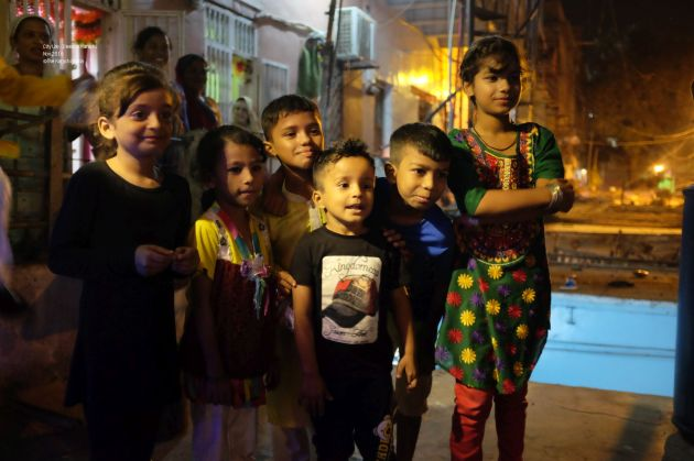 17-a-group-of-kids-sorrounded-us-and-wished-us-diwali-on-a-rooftop-in-narayanpura